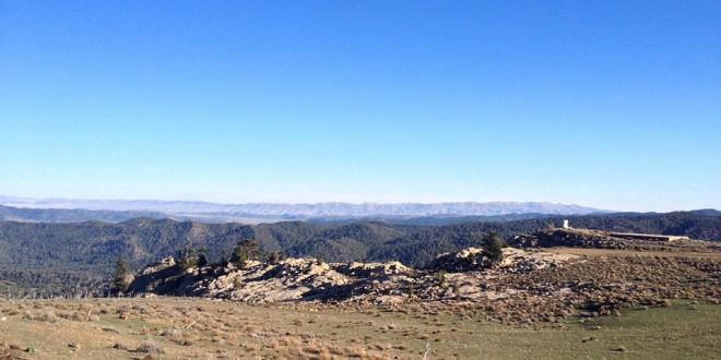 On voit au loin la chaîne de montagne de couleur ocre « Awres » qui a donné son nom a tous le massif aurassien